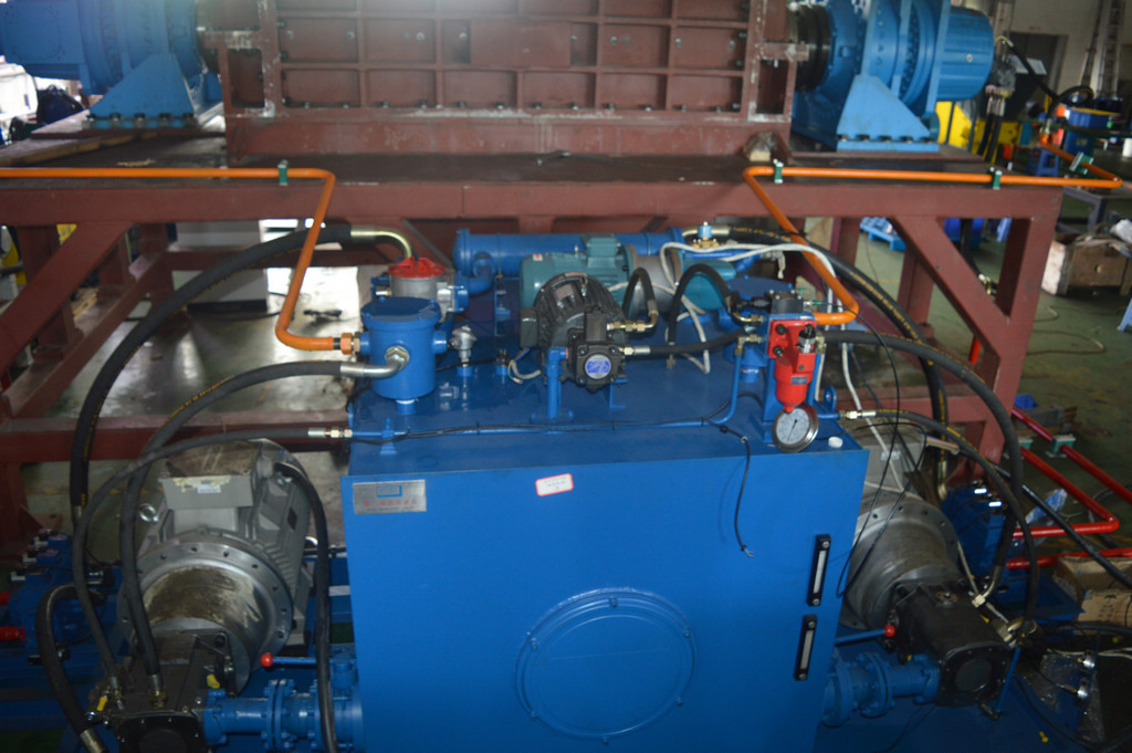 hydraulic drive for bulky waste shredder